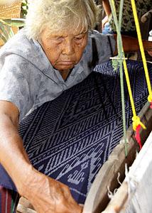 woman weaving mut mee silk